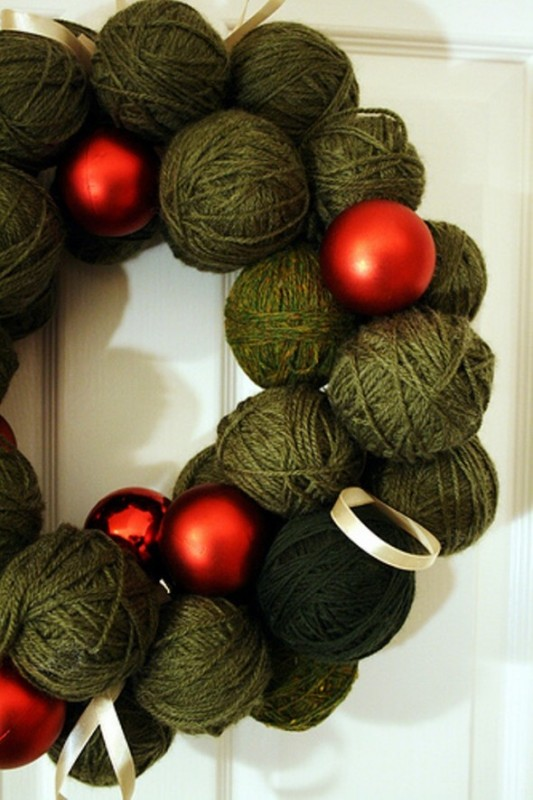 christmas-yarn-ball-wreath